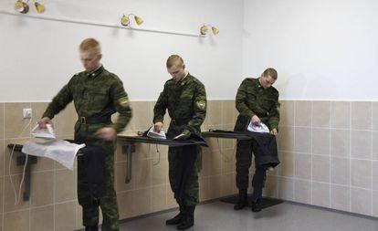 Unos soldados planchan ropa en Moscú en 2012.