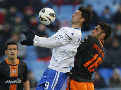 Postiga controla ante Víctor Ruiz.