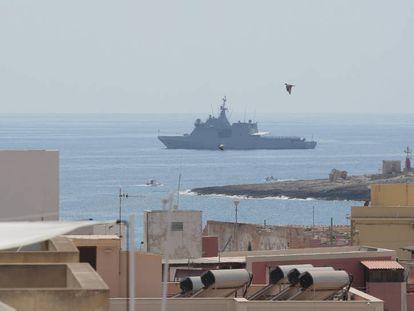 El 'Audaz', fondeado frente a la costa de la isla italiana de Lampedusa.