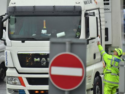Control de documentación en el puerto de Dover (Reino Unido) para cruzar el canal de la Mancha tras la salida del Reino Unido del mercado interior europeo el pasado 31 de diciembre.