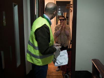 David Trabal, voluntario de la Once acude cada semana de confinamiento a casa de Josefa, (anciana invidente) para hacerle la compra.