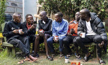 Un momento de descanso de los integrantes del equipo en Kaptagat (Kipchoge es el primero por la derecha).