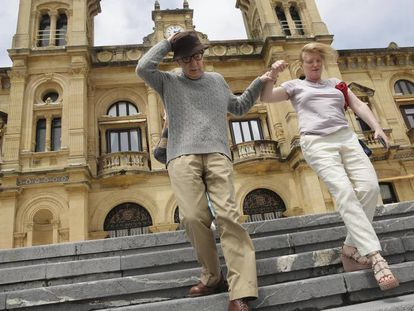 Woody Allen desciende este martes las escaleras del Ayuntamiento de San Sebastián tras ser recibido por autoridades. En vídeo, Woody Allen comienza el rodaje de 'El festival de Rifkin' en San Sebastián.