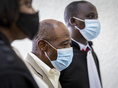 Paul Rusesabagina, en el centro, en el tribunal de Kigali donde está siendo juzgado por terrorismo, este lunes.