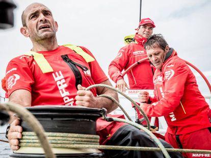 En primer plano Xabi Fernández, patrón del MAPFRE, durante la regata.