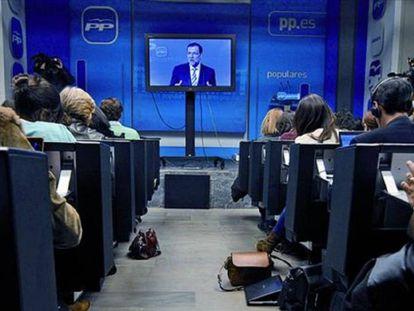 Mariano Rajoy, en una comparecencia a través de una pantalla en 2013.