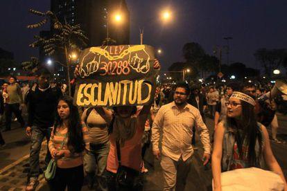 Miles de jóvenes protestan en el centro histórico de Lima.