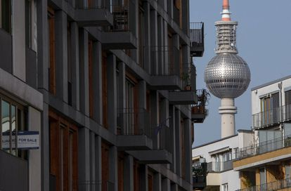 """Cartel de """"en venta"""" en un edificio de apartamentos recién terminado en el distrito de Kreuzberg, este febrero en Berlín."""