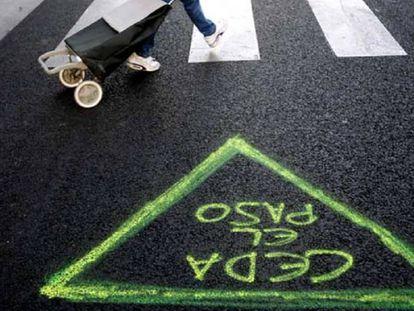 Pintada con la señal de ceda el paso en una calle de Madrid.