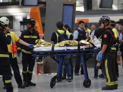 El choque se ha producido al impactar con el tope de la estación de Francia. Hay tres personas en estado grave. El ministro de Fomento asegura que el tren pasó la última revisión hace diez días