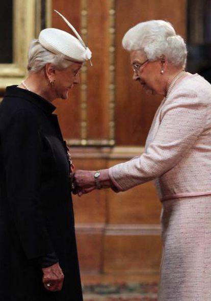 Angela Lansbury, condecorada como Dama del Imperio Británico por la reina Isabel en abril de 2014.