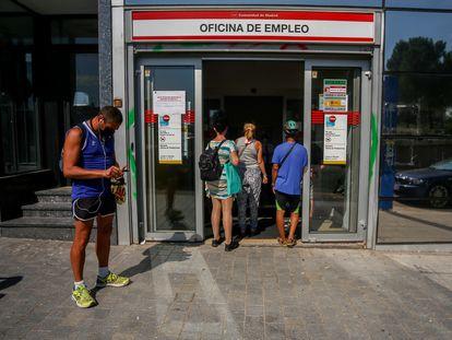 Varias personas esperan a entrar a una oficina del SEPE de Puerta del Ángel, en Madrid, este martes.