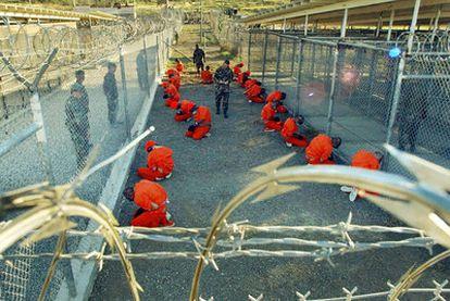 Marines estadounidenses vigilan en la base de Guantánamo en 2002 a presos trasladados desde Afganistán.