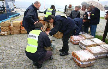 Agentes analizan en el puerto de Vigo un alijo de droga.