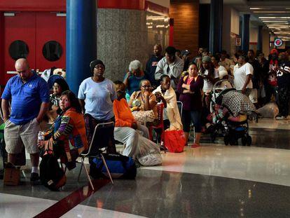 Afectados por Harvey hacen cola para pedir ayuda federal en el refugio provisional del Centro de Convenciones de Houston.