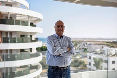 Georges Chehwan, agente inmobiliario libanés en Chipre, posa para una foto en una de sus propiedades en Larnaca, ciudad al sur de la isla que recibe mucha migración libanesa.