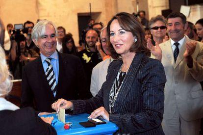 La excandidata presidencial socialista y aspirante a la Asamblea Nacional Segolene Royal vota en La Rochelle, al oeste de Francia.