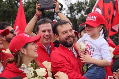 Carlos Fernando Galán carga a su hija Julieta. A su lado, Carolina Deik, esposa del candidato.