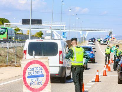 Agentes de la Guardia Civil controlan el paso de vehículos por la A-6, en Madrid, el pasado sábado.