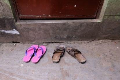 El calzado de una trabajadora sexual y su cliente mientras ambos pasan un rato en la habitación de ella. Burdel de Kandapara, en Tangail. (Mahmud Hossain Opu)