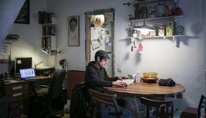 Roger Ramírez, uno de los inquilinos de las casas de la calle de Pons i Gallarza, en Sant Andreu, que desconocen quien las ha comprado.