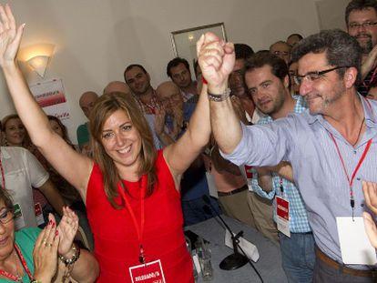 Gutiérrez Limones levanta el brazo de Susana Díaz, la nueva líder del PSOE de Sevilla.
