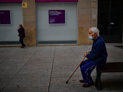 Un hombre sentado en un banco en Pamplona, el 17 de octubre.