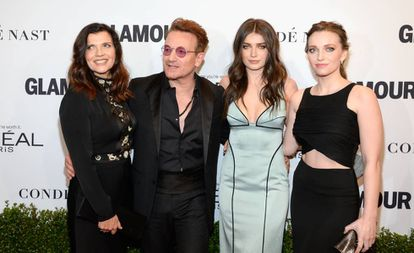 De izquierda a derecha, Alison Hewson y Bono con sus hijas Eve Hewson y Jordan en un evento en Los Ángeles en 2016.
