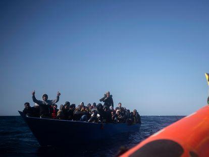 Migrantes asistidos por Open Arms en el mar Mediterráneo, al norte de Libia, en enero.