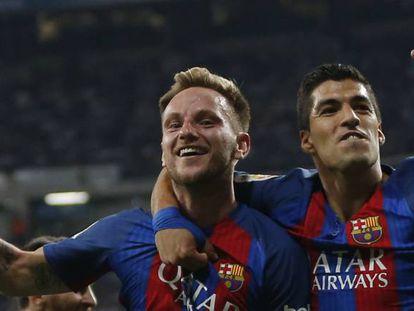 Rakitic y Suárez festejan el segundo tanto azulgrana.