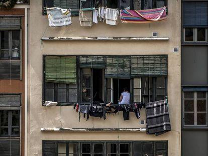 Dos muejres toman el aire durante el confinamiento en el ventanal de su vivienda de Girona el pasado 23 de Abril, festividad de Sant Jordi en Catalunya.