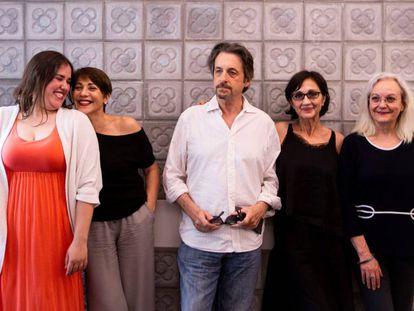 Truyol, Vilarasau, Madaula, Sílvia Munt y Rocatti, posan al presentar el espectáculo.