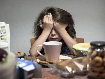 Un niño, durante el desayuno.