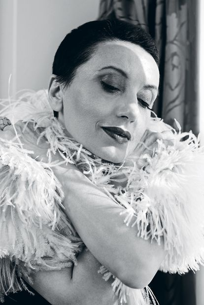 Luz, con un bolero de plumas de Rosa Clará