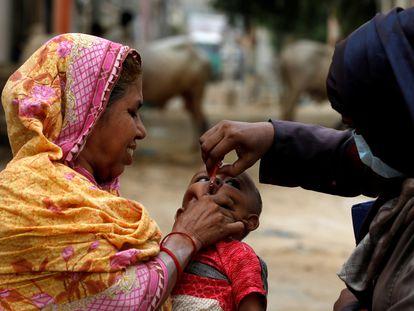 Un niño recibe la vacuna oral contra la poliomielitis durante una campaña de inmunización en un barrio empobrecido de Karachi, en Pakistán, el 20 de julio de 2020.