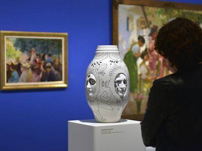 Una mujer visita la exposición 'Colección Lladró',