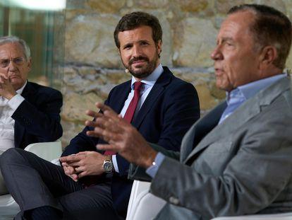 Rafael Arias Salgado, Pablo Casado e Ignacio Camuñas durante una mesa redonda celebrada este lunes en Ávila.