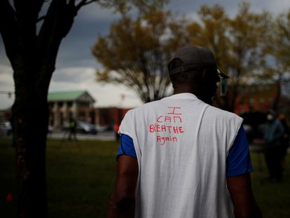 """Un hombre lleva una camiseta en la que se puede leer """"puedo volver a respirar"""" este miércoles en Boston, Massachusetts, Estados Unidos."""