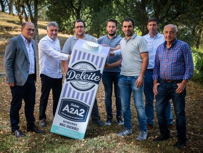Varios de los ganaderos gallegos que han comenzado a producir leche A2, este viernes en Santiago en la presentación del proyecto.