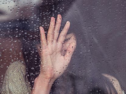 Una mujer llora tras la muerte de su madre.