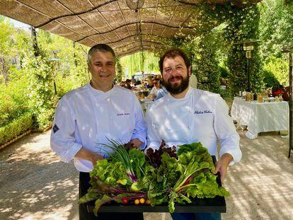 Ricardo Álvarez y Roberto Cabrera, en el comedor de La Huerta de Carabaña.