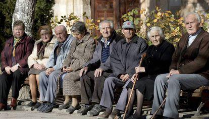 Un grupo de pensionistas sentados en un banco.