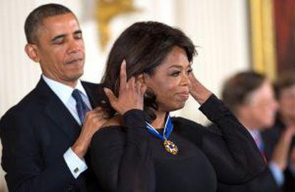 Oprah Winfrey recibe la medalla de la Libertad de manos de Barack Obama.