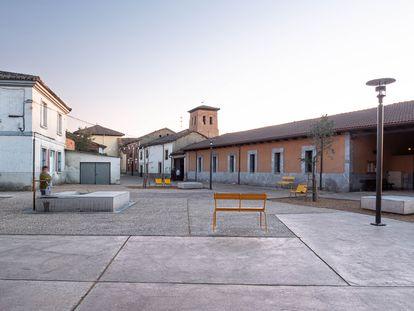 Los jóvenes arquitectos vascos Iñigo Tudanca e Iñigo Ocamica han remodelado la plaza Mayor de Mansilla Mayor, León.