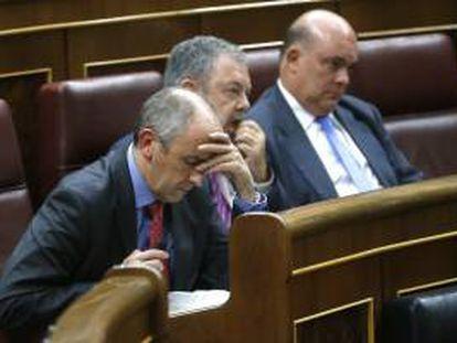Los diputados del PNV, Josu Erkoreka, Pedro Azpiazu y Emilio Olabarría, de izda a dcha, durante el debate de los Presupuestos Generales del Estado para 2013 que se celebra hoy en el Congreso de los Diputados.