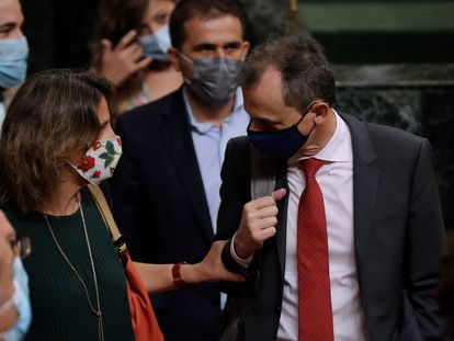La ministra para la Transición Ecológica, Teresa Ribera, conversa con el de Ciencia e Innovación, Pedro Duque, ayer en el Congreso.
