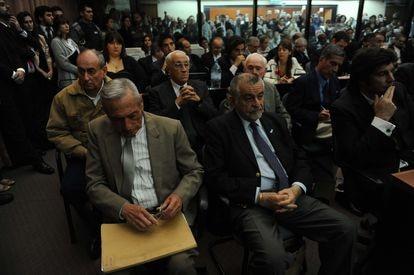 Carlos Capdevila (primero por la izquierda de la segunda fila), junto a otros represores, condenados en la megacausa ESMA en 2011.