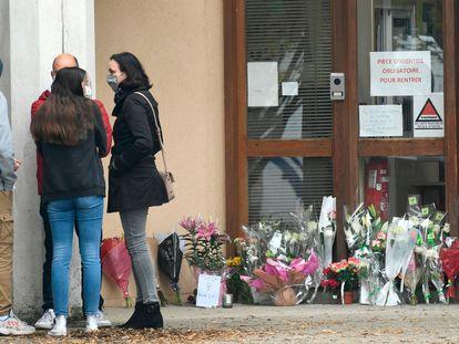 Homenaje improvisado en el colegio Conflans Saint-Honorine, este sábado.