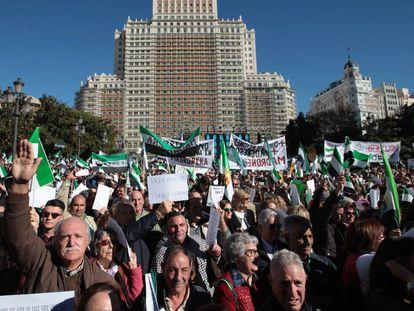 Miles de extremeños piden en la Plaza de España de Madrid un tren de calidad para su comunidad, en 2019.