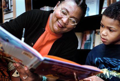 La escritora bell hooks firma un libro a un niño en Hyattsville (Maryland), en 2003.